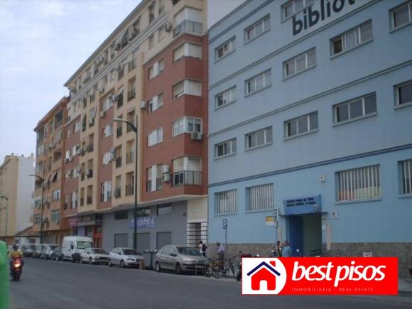 Venta piso en m laga en avenida europa con 85m2 3 dormitorios y 2 ba os unicasa factory - Pisos de bancos en malaga ...